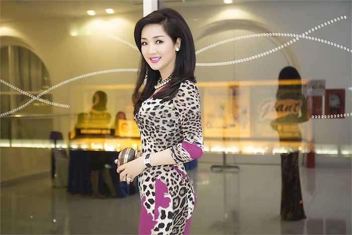 Chiếc đầm hàng hiệu giúp Hoa hậu đền Hùng khoe được những đường cong hút mắt.