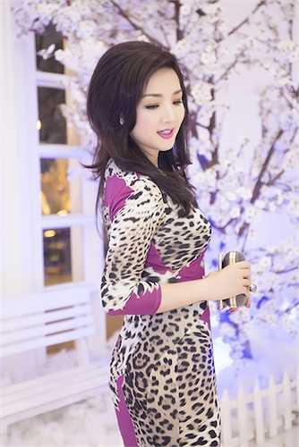 Hoa hậu đền Hùng đang rất thành công với vai trò MC hàng tuần trên truyền hình.