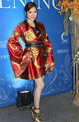 Cựu đại sứ du lịch không tiếc tiền để sở hữu mẫu váy với số lượng giới hạn của thương hiệu Alexander Mcqueen, nhưng phom dáng váy áo không phù hợp với vóc dáng khiến Lý Nhã Kỳ mang tiếng sử dụng hàng nhái.