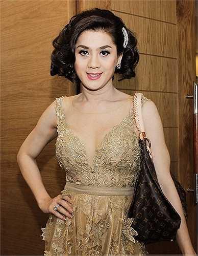 Người đẹp chuyển giới Lâm Chi Khanh khiến người đối diện khó lòng tìm được sự ăn nhập giữa trang phục dạ hội và  túi đeo vai thương hiệu Loui Vuitton trên tổng thể hình ảnh của chị.