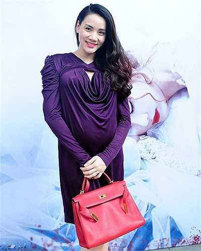 Trang Nhung chọn túi Hermes màu đỏ cam để phối cùng váy suông, đáng tiếc mẫu váy thun với những đường bèo nhún khiến hình ảnh của cô trở nên kém sang trọng. (Theo Ngôi sao)