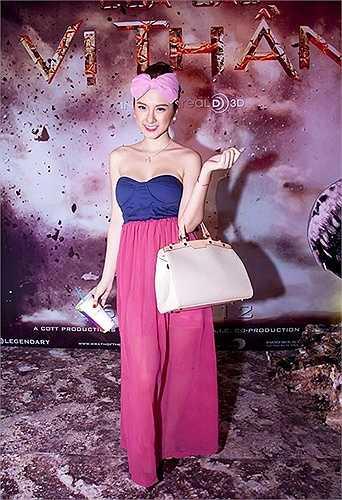 Túi xách tay LV mang đến hình ảnh khá 'nặng nhọc' cho Angela Phương Trinh khi tham gia buổi ra mắt phim, chưa kể đến bộ trang phục với phụ kiện nơ hồng không mấy thuận mắt của cô.