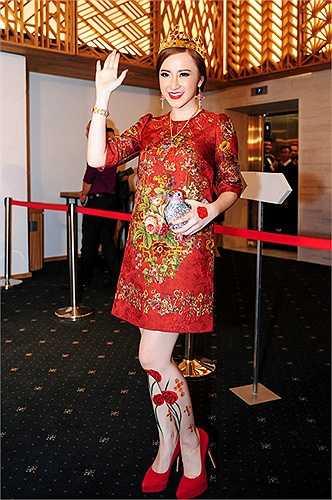 Sử dụng mẫu váy thiết kế đẹp mắt của thương hiệu Dolce & Gabbana nhưng Angela Phương Trinh thể hiện sự kém kinh tế với việc tô  vẽ   đôi chân với họa tiết hoa lá.