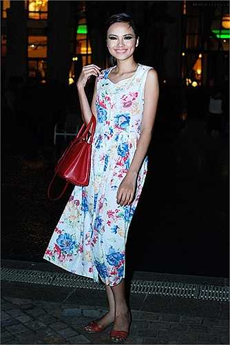 Hoa hậu Diễm Hương khiến mình mất điểm khi xuống phố với túi xách Prada mix cùng dép lê và váy maxi in hoa.