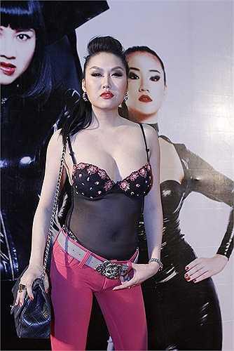 Mẫu túi đeo chéo da đen thuộc dòng Chanel  Vintage Classic cũng không 'cứu' được phong cách thời trang có phần  gợi cảm quá đà   của Phi Thanh Vân.