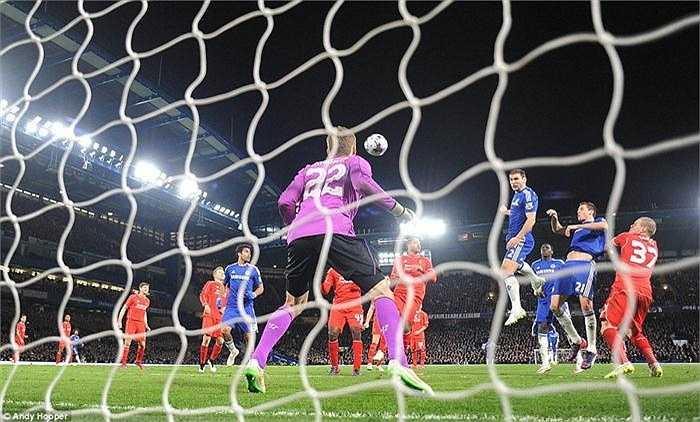 Trận đấu diễn ra chặt chẽ và rất quyết liệt. Với lợi thế sân nhà, Chelsea đẩy cao đội hình tấn công ngay sau tiếng còi khai cuộc và tạo sức ép lớn lên phần sân Liverpool.