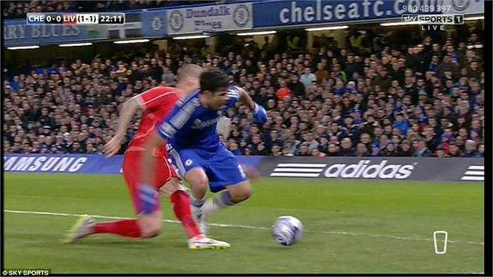 Phút 22, trọng tài Michael Oliver một lần nữa lại mắc sai lầm khi không cho Chelsea được hưởng penalty sau tình huống trung vệ Martin Skrtel đốn ngã Diego Costa trong vòng cấm. Ở tình huống này, trọng tài Michael Oliver cũng đứng ở một vị trí rất thuận lợi nhưng ông vẫn không cất còi, khiến HLV Jose Mourinho nổi đóa bên ngoài đường biên.