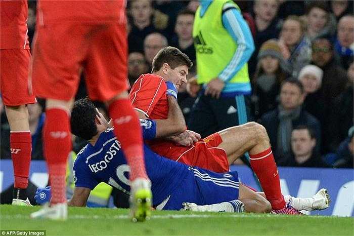 Diego Costa với Steven Gerrard.