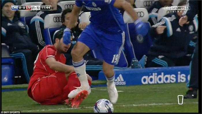 Phút 11 và 53, Diego Costa đã hai lần liên tiếp cố tình đạp lên chân Emre Can và Martin Skrtel khi hai cầu thủ này đã ngã.