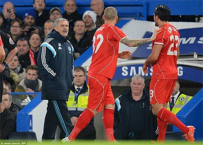 HLV Jose Mourinho cũng tham gia vào phần cự cãi giữa cầu thủ hai đội.