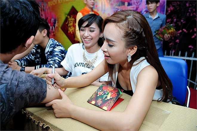 Ái Phương và Tiêu Châu Như Quỳnh thích thú trước lời đề nghị ký tên lên... cánh tay của một khán giả nam.