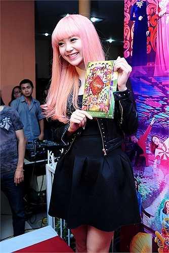 2014 là năm làm việc khá hiệu quả và thành công của Minh Hằng, trong đó được yêu thích nhất là vai cô nàng giả trai Đông Dương trong bộ phim truyền hình Vừa đi vừa khóc.