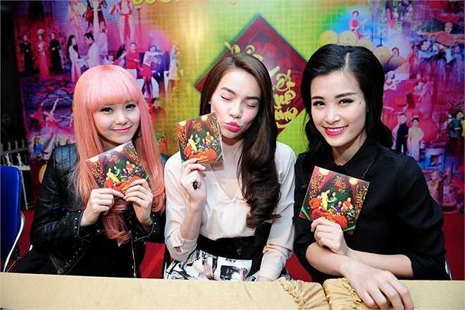 Khoảnh khắc tạo dáng đáng yêu của 3 nữ ca sĩ xinh đẹp Minh Hằng, Hồ Ngọc Hà và Đông Nhi. Trong buổi ký tặng, 'bộ ba' này cũng được nhiều khán giả 'bao vây' nhất.