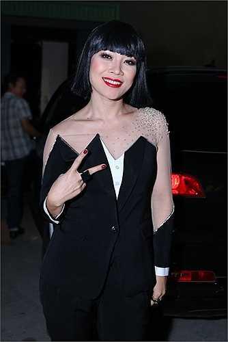 Trước đó xuất hiện trong chương trình Vietnam Idol, Mỹ Tâm đã diện một trang phục khá khó hiểu cùng với bộ tóc giả khó hiểu không kém.