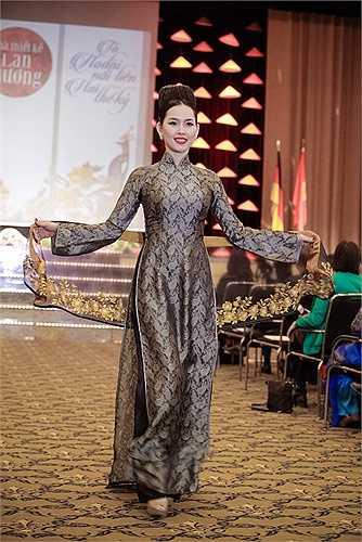 NTK Lan Hương đã trình diễn 50 mẫu áo dài đặc biệt trong chương trình này. Các quan khách đã rất bất ngờ với những tà áo dài lụa tằm quí giá được thêu bằng tay rất công phu.