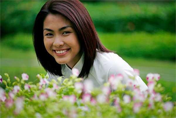 Trúc trong 'Bỗng dưng muốn khóc' của Tăng Thanh Hà là một trong những nhân vật nữ được yêu thích nhất của phim truyền hình Việt. Không khoác trên mình những bộ trang phục đắt tiền nhưng Trúc luôn đẹp, một vẻ đẹp giản dị, trong sáng.