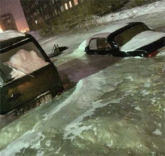 Ô tô chìm trong băng ở cả thị trấn
