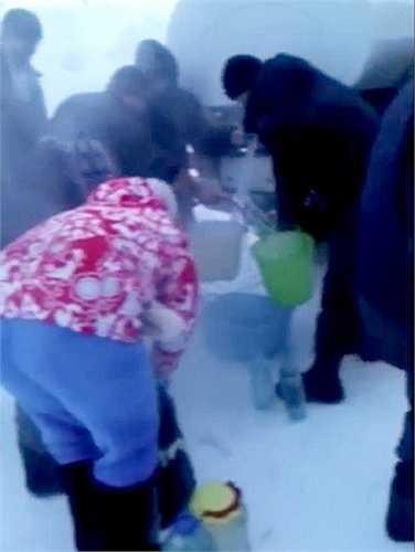 Người dân đổ xô đi kiếm nước sạch trước khi bị đông cứng