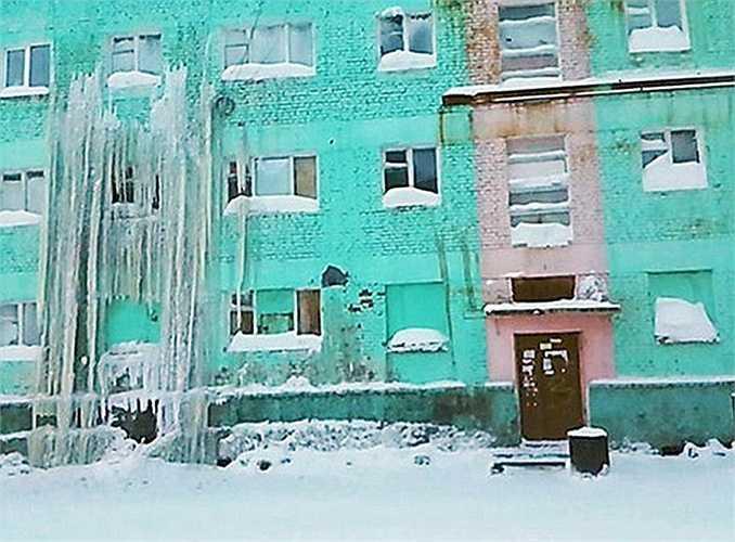 Nước tràn từ mái nhà, đóng băng trên vách tường