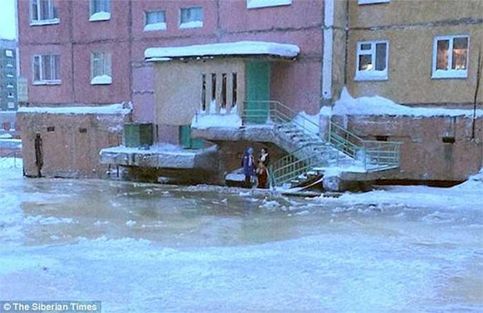 Cư dân thị trấn trong tình trạng băng phủ khắp nơi