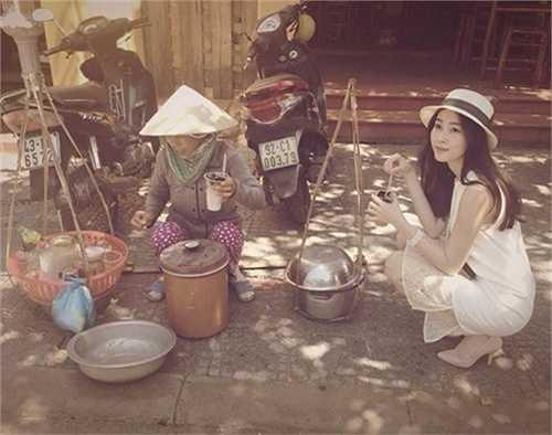 Hoa hậu Thu Thảo không ngại ngồi ăn tào phớ khi cô đến Hội An.