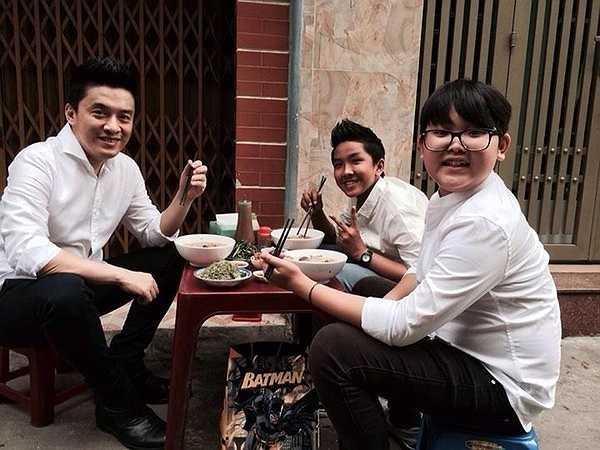 Nhật Kim Anh, Thanh Thức thoải mái lê la đồ ăn vỉa hè.