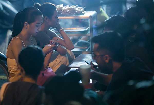 Ngọc Trinh bắt gặp ngồi ăn vặt quán bình dân trên vỉa hè khi cô nàng tới Hà Nội vào tháng 9 năm ngoái.
