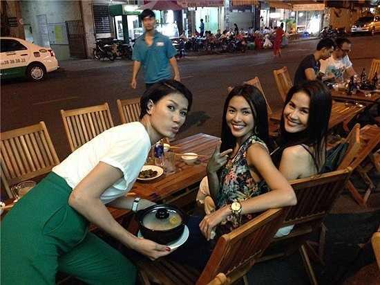 Hà Tăng ăn mặc khá giản dị và vui vẻ khi đi ăn vỉa hè cùng Trang Trần và Thân Thúy Hà.