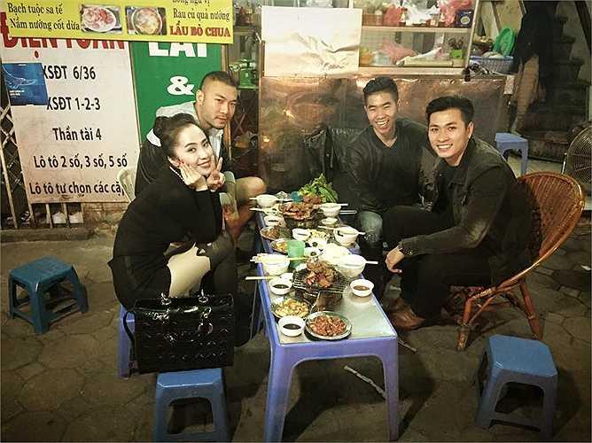 Vợ chồng Quỳnh Nga mừng sinh nhật một người bạn ở một quán nhậu vỉa hè.
