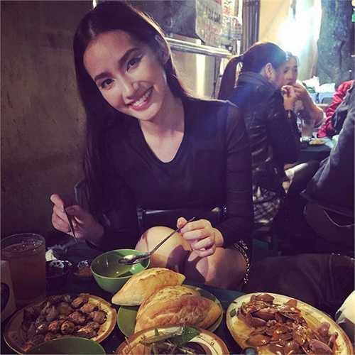 Trúc Diễm tranh thủ thưởng thức những món ăn vỉa hè khi cô ra Hà Nội.