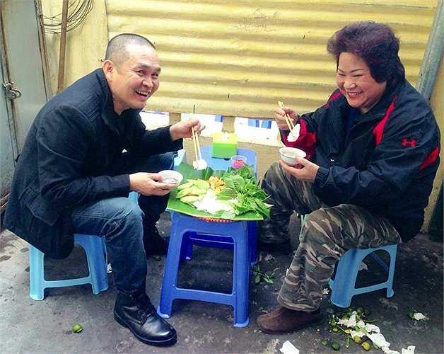 Lam Trường giản dị đưa các học trò đi ăn.