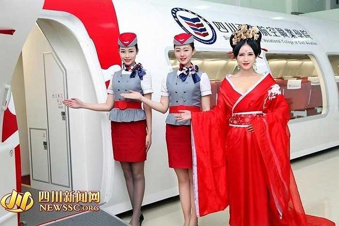 Lớp đào tạo tiếp viên hàng không của trường Cao đẳng nghề hàng không dân dụng Tây Nam Tứ Xuyên (Trung Quốc) nổi bật với các học viên hóa trang thành Võ Mỵ Nương (Võ Tắc Thiên).