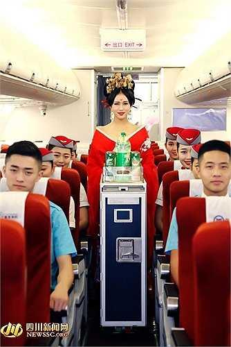 Học viên hóa trang thành Võ Mỵ Nương với tóc búi, trâm cài đầu, gương mặt khả ái thực hiện các nghi thức như một tiếp viên hàng không trên máy bay