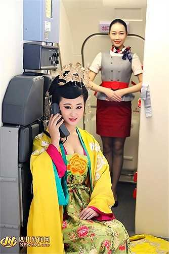 Tiếp viên hàng không mặc trang phục đời Đường, trang điểm và xiêm y lộng lẫy đang thực hành các công việc ngay trong lớp học.