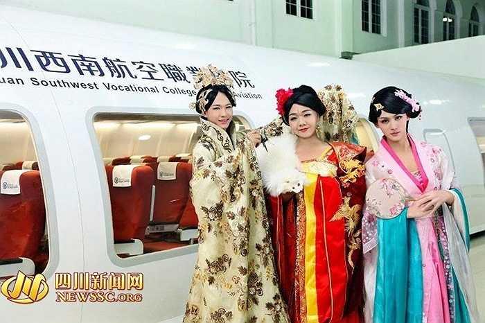 Các học viên trong trang phục lộng lẫy như nhân vật Võ Tắc Thiên trong bộ phim 'Võ Tắc Thiên truyền kỳ' đang gây sốt tại Trung Quốc và nhiều nước.