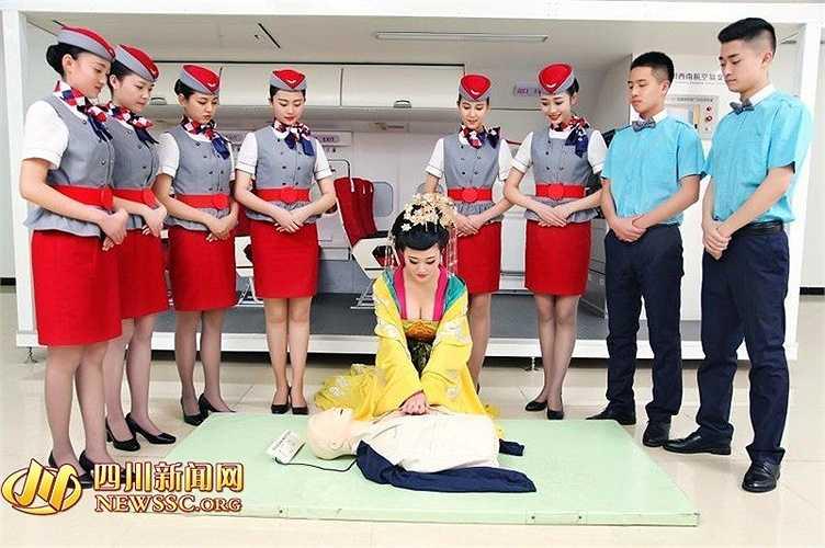 Học viên hóa trang Võ Mỵ Nương thực hiện sơ cứu hành khách trong tình huống khẩn cấp