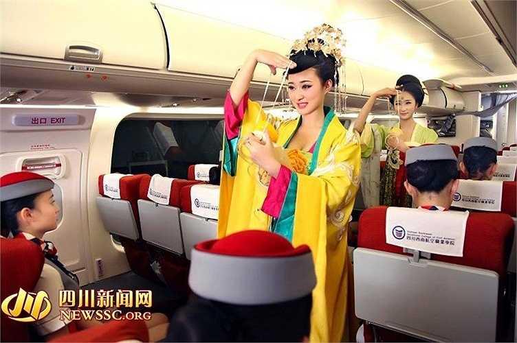 Nhân vật Võ Mỵ Nương được hóa trang hướng dẫn hành khách sử dụng mặt nạ, áo phao...