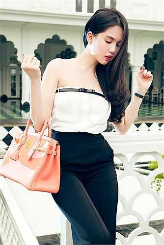 Hiện tại, cô là chủ nhân của 10 chiếc túi Hermes với nhiều sắc màu thời thượng như: cam, trắng, xanh dương, hồng dâu, đỏ, tím, xanh lá