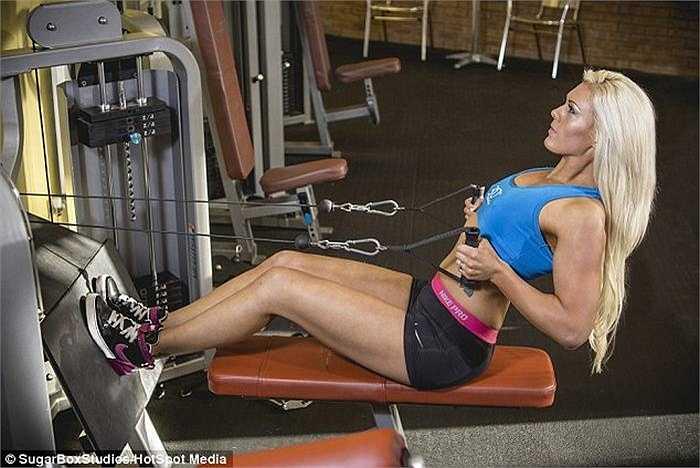 Với nỗ lực tập luyện không ngừng nghỉ, Amy nhận thấy mình rất hợp với bộ môn cử tạ vì nhờ nó cô đã giảm được nửa trọng lượng cơ thể (hơn 75kg).