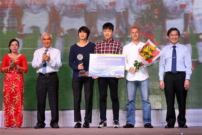 Và đây là lần thứ 2 liên tiếp, U19 Việt Nam đoạt giải thưởng cho sự cống hiến vì một nền bóng đá đẹp. (Ảnh: TN0)