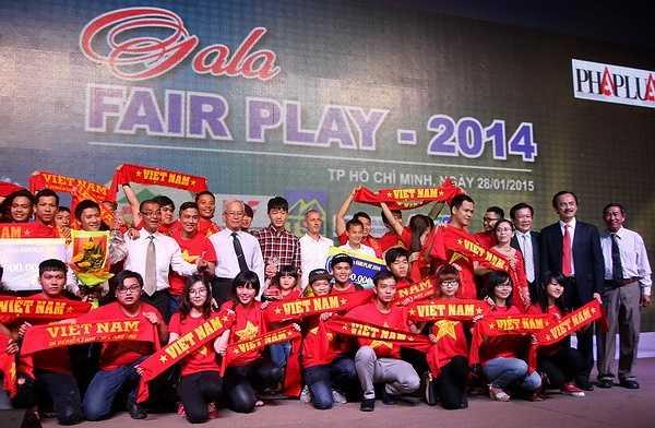 Đạt giải Nhì ở giải thưởng này là tiền vệ Phạm Thành Lương của ĐT Việt Nam, với hành động lấy bông băng để kịp thời cấp cứu cho CĐV Việt Nam bị CĐV quá khích Malaysia hành hung trên sân Shah Alam ở AFF Cup 2014. (Ảnh: TN0)