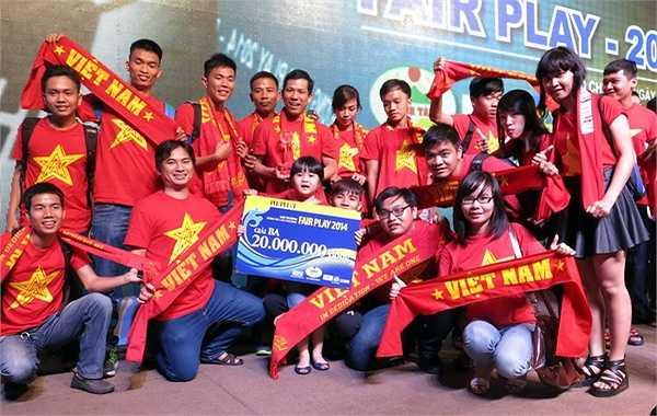 Giải Ba thuộc về Hội CĐV Việt Nam VFS. Năm 2014 VFS luôn hết mình cổ vũ cho bóng đá Việt Nam, tạo nên những hình ảnh đẹp trên cầu trường, góp phần giúp bóng đá Việt Nam ngày càng sôi nổi. (Ảnh: TN0)