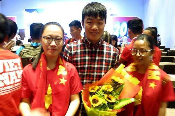 Tiền vệ Lương Xuân Trường chụp ảnh kỷ niệm cùng các fan hâm mộ. (Ảnh: TN0)