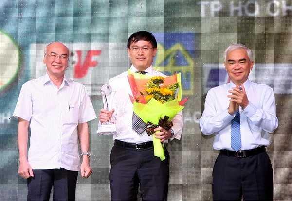 Ông Trần Anh Tú (giữa) - Chủ tịch HĐQT Công ty Thái Sơn Nam được vinh danh Fair Play vì đã có công đầu tư cho futsal Việt Nam. (Ảnh: TN0)