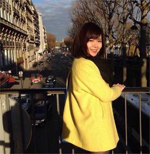 Trước đó, bức ảnh chụp trước bảo tàng Louvre, Paris của Nguyễn Tú Linh bất ngờ được chia sẻ trên mạng xã hội Facebook và cô được cộng đồng mạng tặng cho biệt danh 'nữ du học sinh có nụ cười tỏa nắng'.