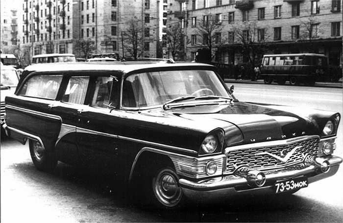 Gốc gác nguyên bản của chiếc xe Chaika (phương Tây gọi chiếc xe là Seagull) là phiên bản GAZ-13 do nhà máy ô tô danh tiếng GAZ chế tạo. Chiếc xe được coi cực kỳ sang trọng thời điểm nó trình làng.