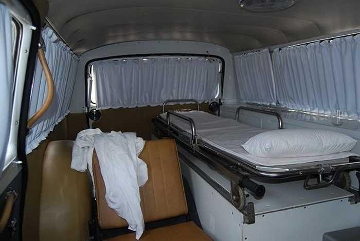 Phần đuôi xe kéo dài, cửa hậu được mở rộng thêm đủ để chứa băng-ca và các thiết bị y tế.