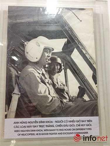 Phi công Nguyễn Đình Khoa, người đã bay gần 1000 giờ trên máy bay UH-1A lập công xuất sắc, được Nhà nước Phong tặng danh hiệu Anh hùng LLVTND ngày 20/12/1979. (Theo Infonet)