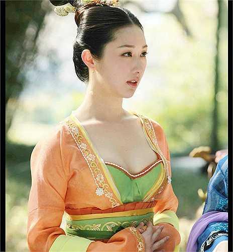 Một nữ tỳ xinh đẹp không kém trong phim là Lưu Tư Dược, người hầu của Ân Đức Phi.