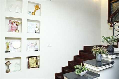 Lối lên cầu thang được tận dụng để trưng bày các giải thưởng Hồ Quỳnh Hương đã đạt được